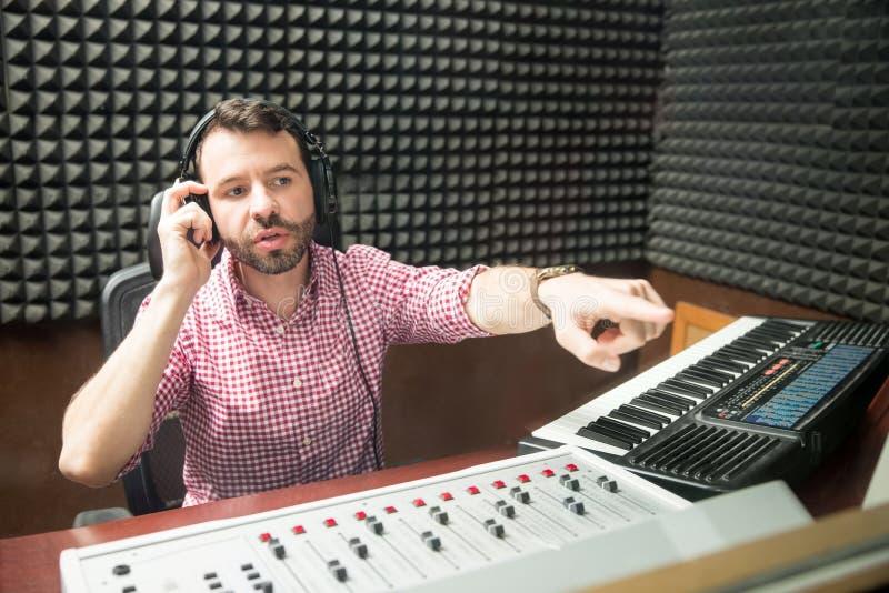 Técnico sadio que gesticula para corrigir a posição do mic fotografia de stock royalty free
