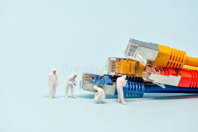 Técnicos con los cables multicolores de la red imagen de archivo
