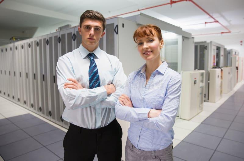 Técnicos confiados de los datos que miran la cámara fotos de archivo libres de regalías