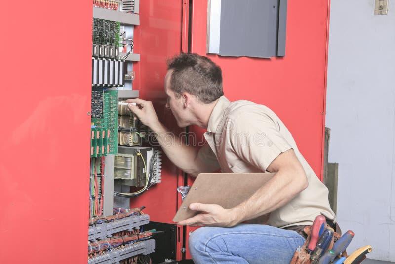 Técnicos del trabajador del maquinista en el ajuste del trabajo imagen de archivo