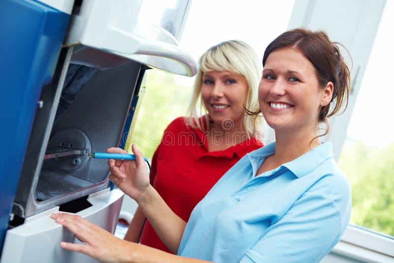 Técnicos dentales en un CAD-CAM foto de archivo libre de regalías
