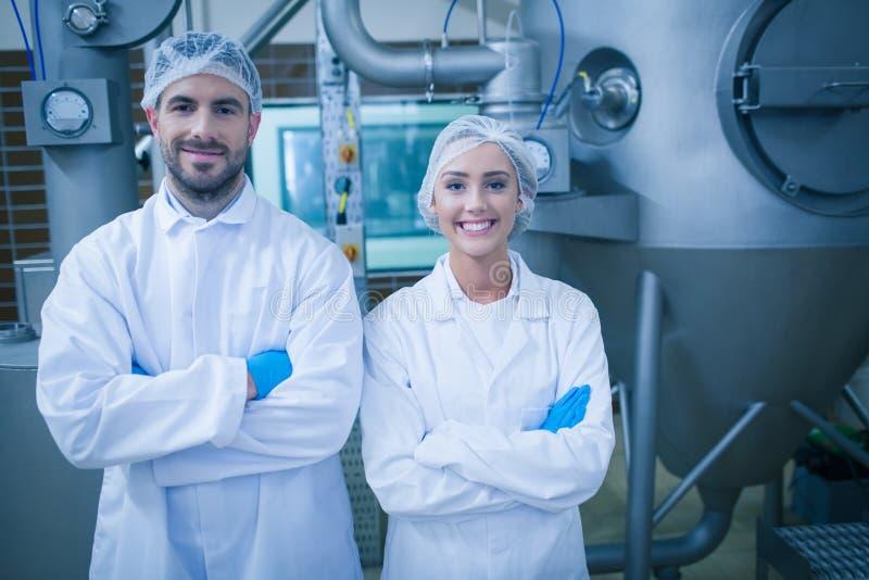 Técnicos do alimento que sorriem na câmera imagens de stock