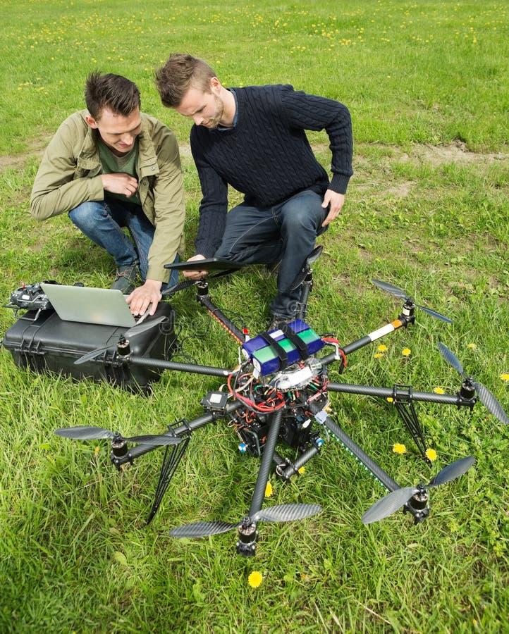 Técnicos que discuten el UAV imagen de archivo libre de regalías