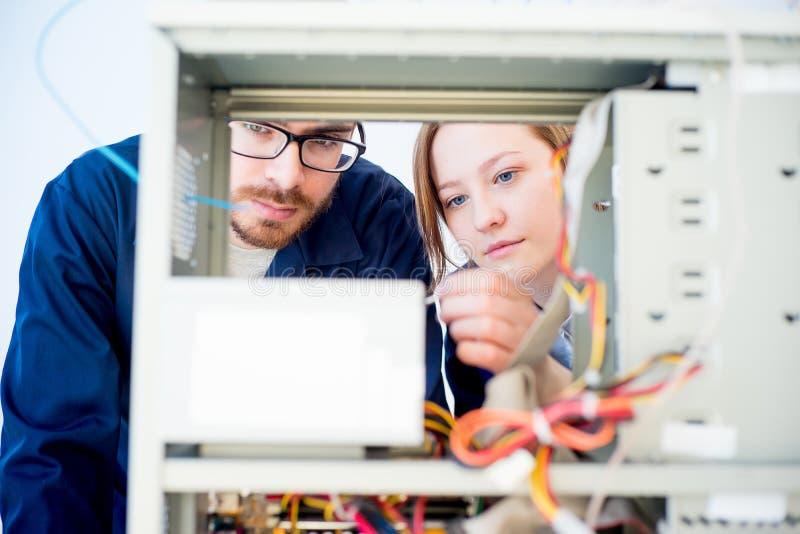 Técnicos que reparam computadores fotos de stock