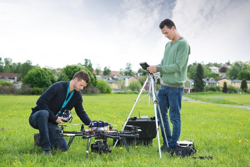 Técnicos que trabalham no zangão do espião do UAV fotos de stock