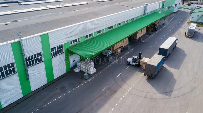 Téléchargement des produits à l'usine dans le camion images libres de droits