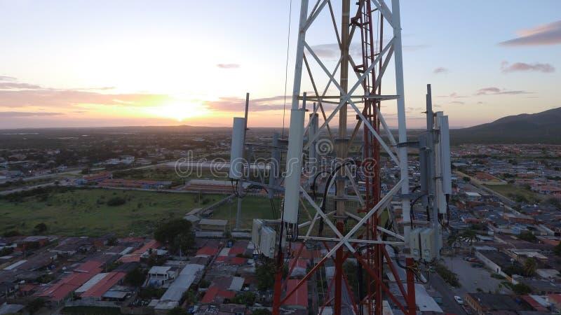 Télécom Antena de coucher du soleil image libre de droits