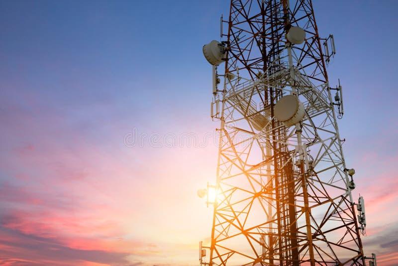 Télécom d'antenne parabolique au technolog de communication de coucher du soleil photos libres de droits