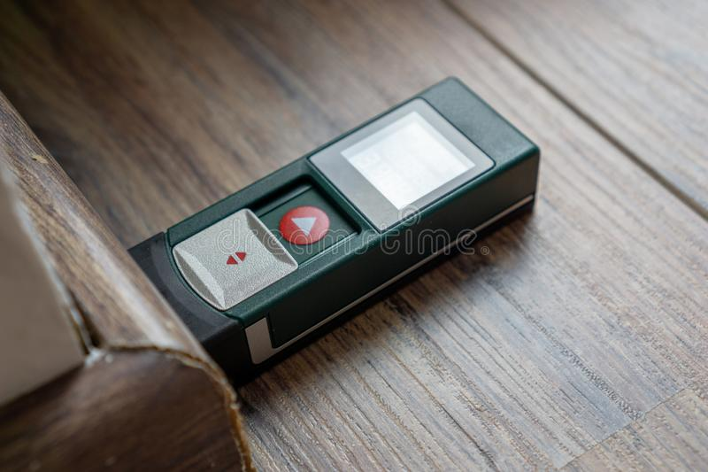 Télémètre sur le plancher en stratifié - dispositif de mesure image libre de droits