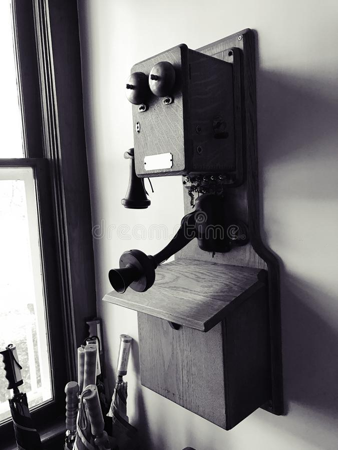 Téléphone antique de mur photographie stock