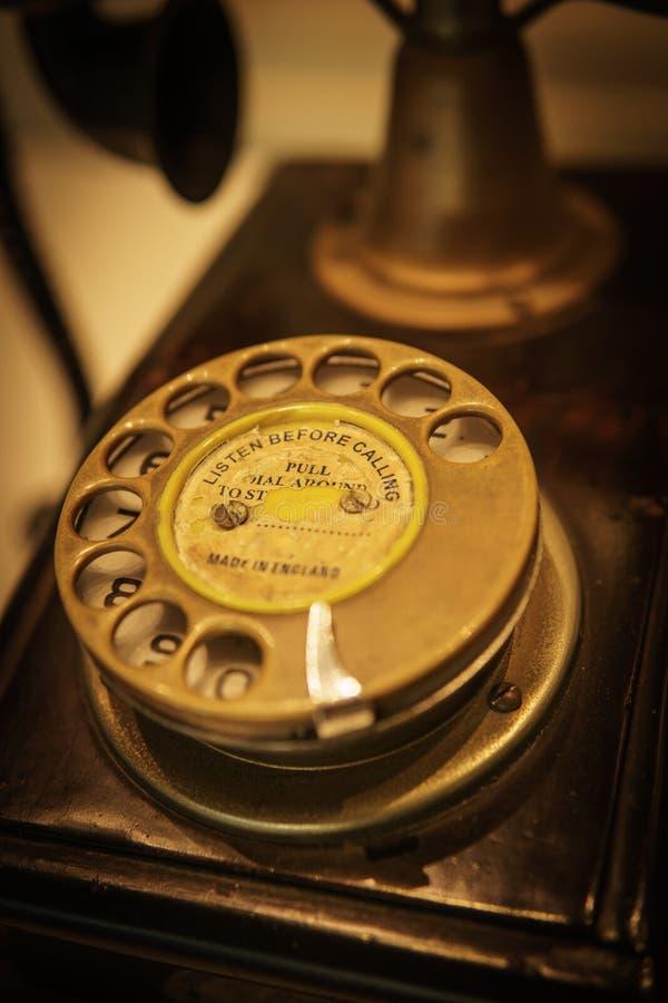 Téléphone antique noir dans l'hôtel photographie stock libre de droits
