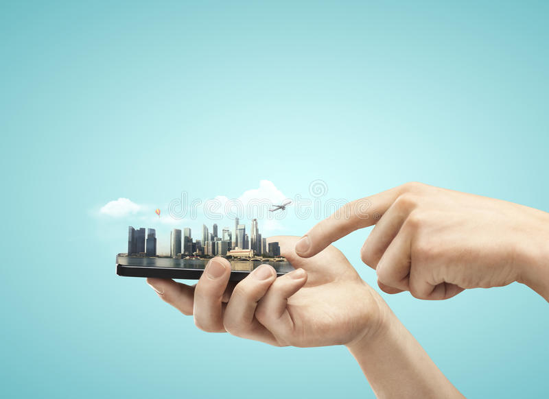 Téléphone avec la ville photographie stock libre de droits