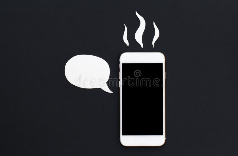 Téléphone blanc avec la bulle des textes de bande dessinée et la fumée chaude Smartphone en collage de coupe de papier image libre de droits