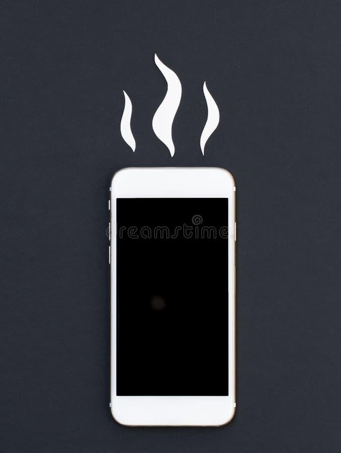 Téléphone blanc et coupe chaude de papier de fumée Maquette de configuration d'appartement de Smartphone photo stock