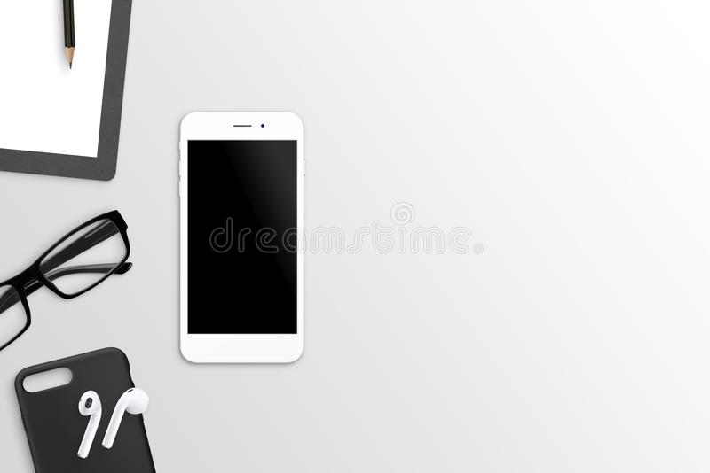 Téléphone blanc sur le bureau avec l'écran vide pour la maquette image libre de droits