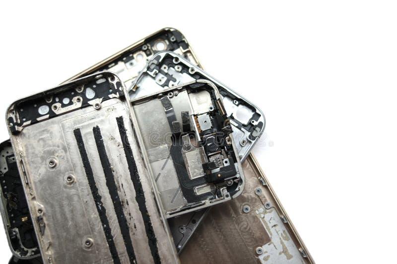 Téléphone cassé de fente d'écran Smartphone noir sur un fond blanc isolat photographie stock
