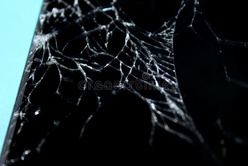 Téléphone cassé sur le fond bleu ?cran criqu? photo libre de droits
