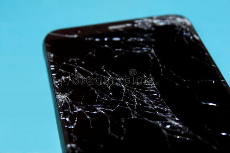 Téléphone cassé sur le fond bleu ?cran criqu? photos libres de droits