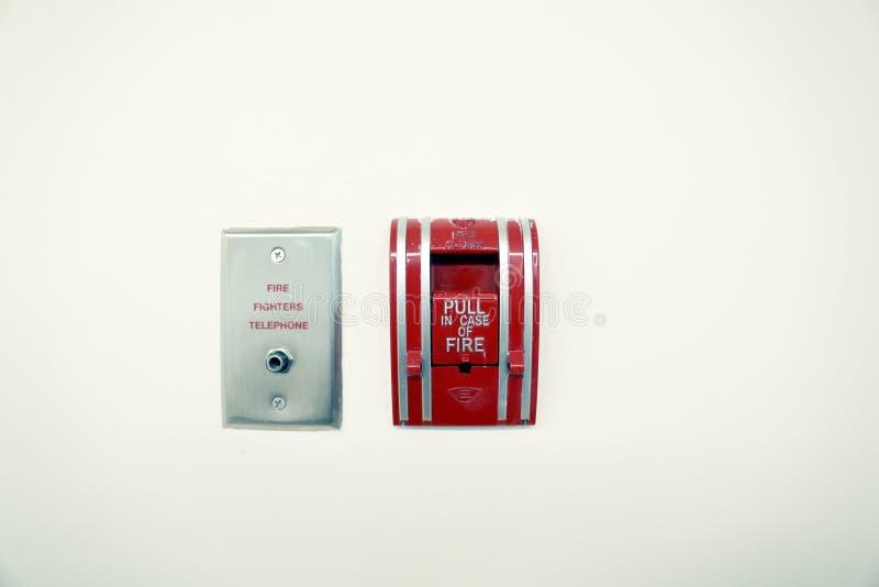 Téléphone d'alarmes d'incendie et de sapeurs-pompiers sur le fond blanc photo libre de droits