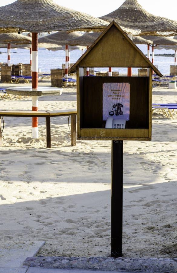 Téléphone d'urgence dans une cabine en bois sur la plage image stock