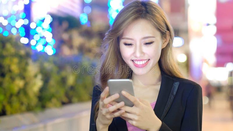 Téléphone d'utilisation de femme photographie stock libre de droits