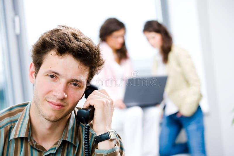 téléphone de bureau d'homme d'affaires image stock