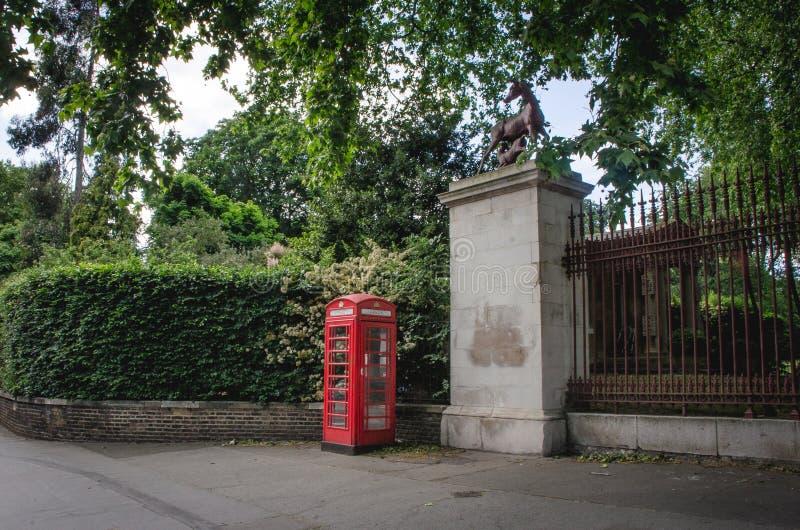Téléphone de cabine à Londres, juin 2015 L'Angleterre/Royaume-Uni images stock