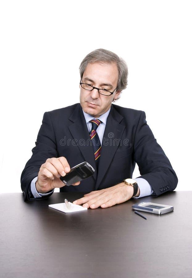 Téléphone de fixation d'homme d'affaires photos libres de droits