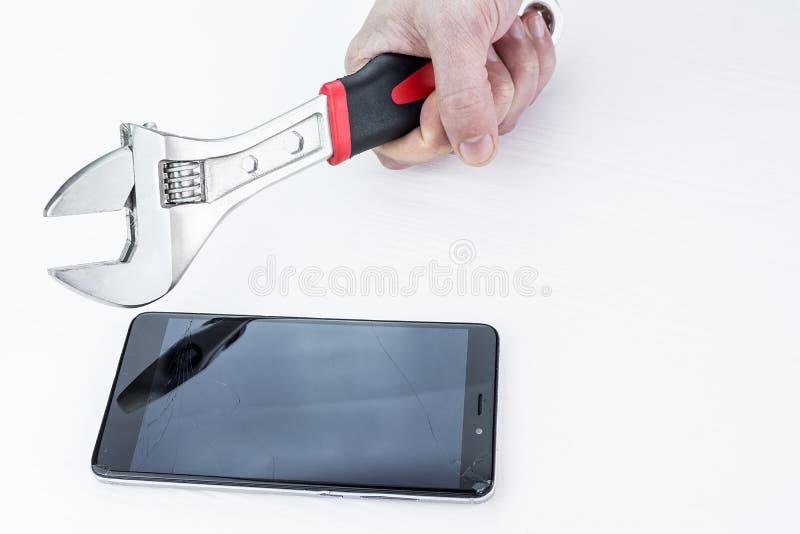 Téléphone de fracas d'homme images stock