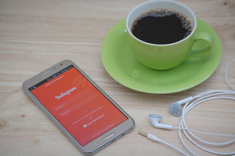 Téléphone de Moblie avec le service social Instagram de mise en réseau sur l'écran photos stock