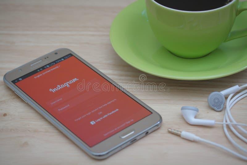Téléphone de Moblie avec le service social Instagram de mise en réseau sur l'écran image libre de droits