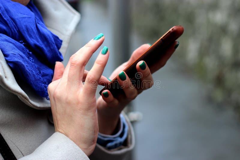 Téléphone de participation de femme photo libre de droits