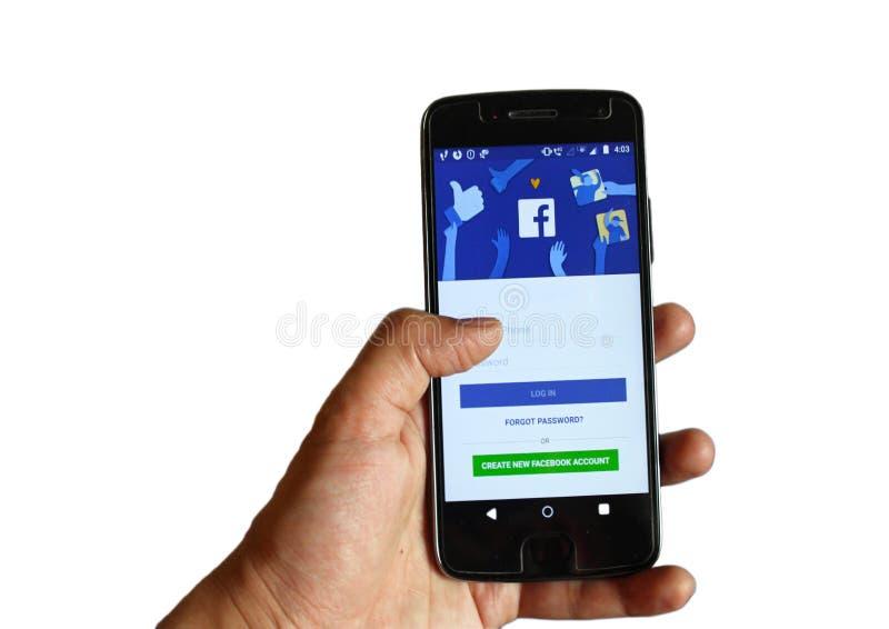 Téléphone de participation de main avec la demande mobile de Facebook sur un fond blanc image libre de droits