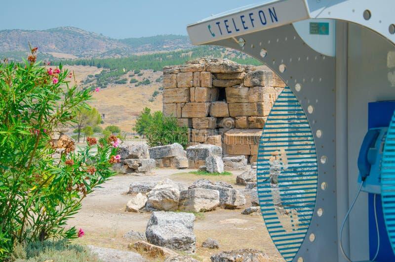Téléphone de rue parmi de vieilles pierres antiques, Pamukkale, Turquie image libre de droits