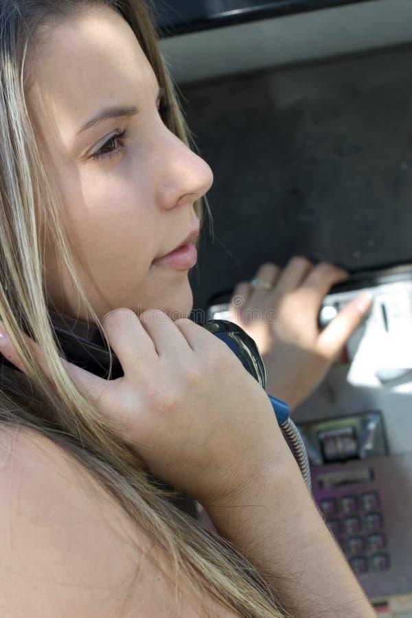 Téléphone de salaire de femme photographie stock libre de droits