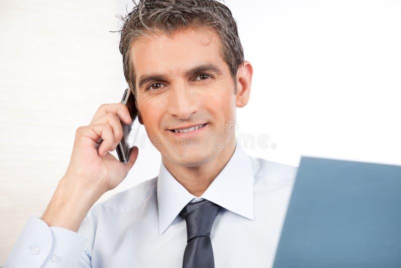 Téléphone de Talking On Cell d'homme d'affaires photographie stock