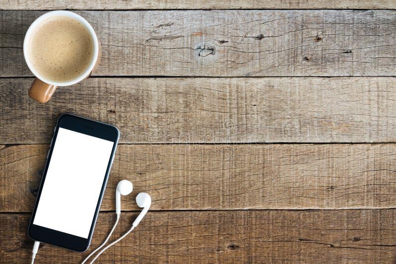 Téléphone et café sur le bois photographie stock libre de droits