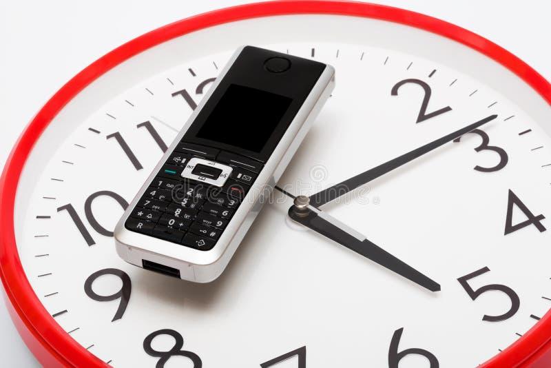 Téléphone et horloge photographie stock libre de droits