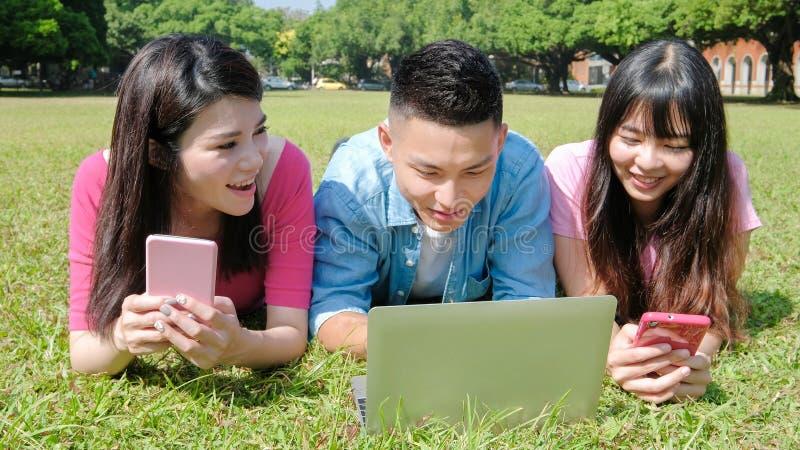Téléphone et ordinateur d'utilisation d'étudiant images libres de droits