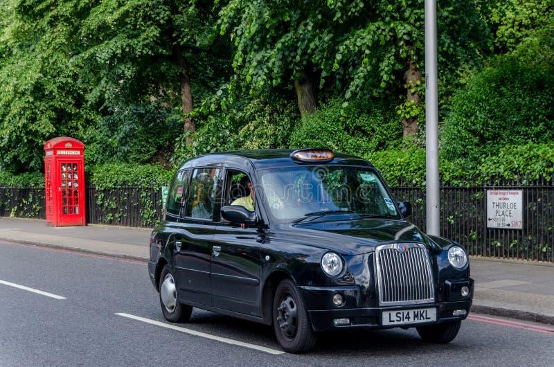 Téléphone et taxi de cabine à Londres, juin 2015 L'Angleterre/Royaume-Uni photo stock