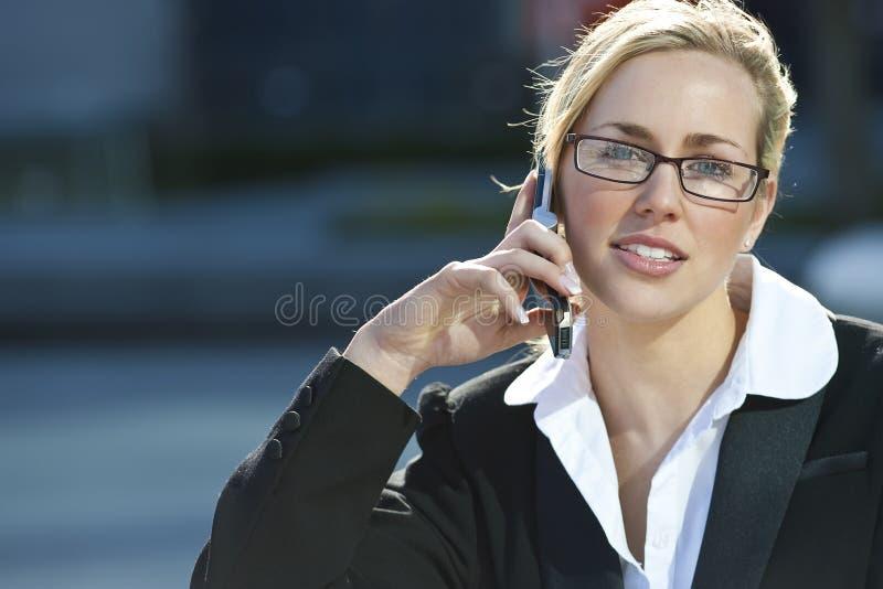 téléphone femelle exécutif de cellules d'appel images stock