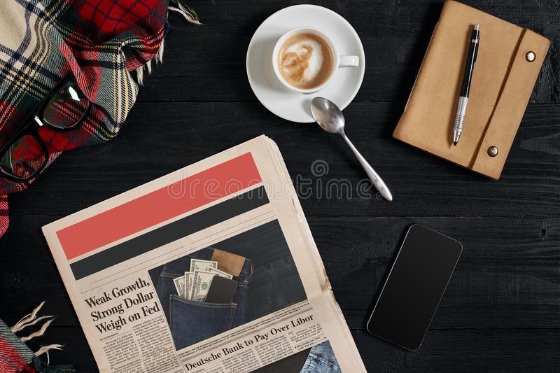 Téléphone intelligent avec l'affichage noir sur le fond en bois Journal et café sur la table en bois Vue supérieure photographie stock