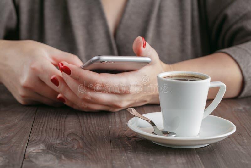 Download Téléphone Intelligent Chez Des Mains De La Femme Photo stock - Image du adulte, humain: 77157176