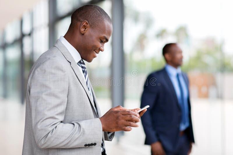 Téléphone intelligent d'homme d'affaires africain photo libre de droits
