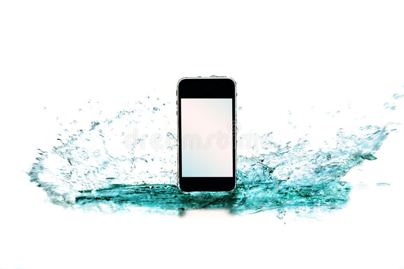 Téléphone intelligent dans l'eau et éclaboussure sur le fond blanc photo libre de droits