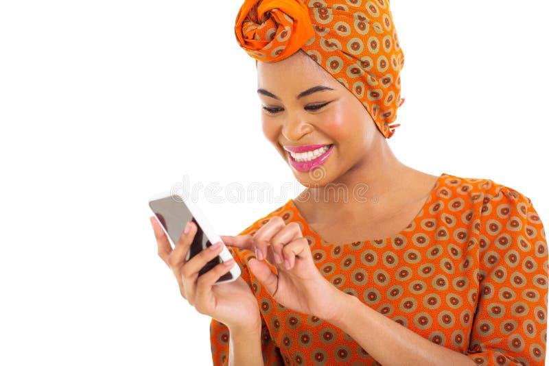 Téléphone intelligent de femme africaine photographie stock libre de droits
