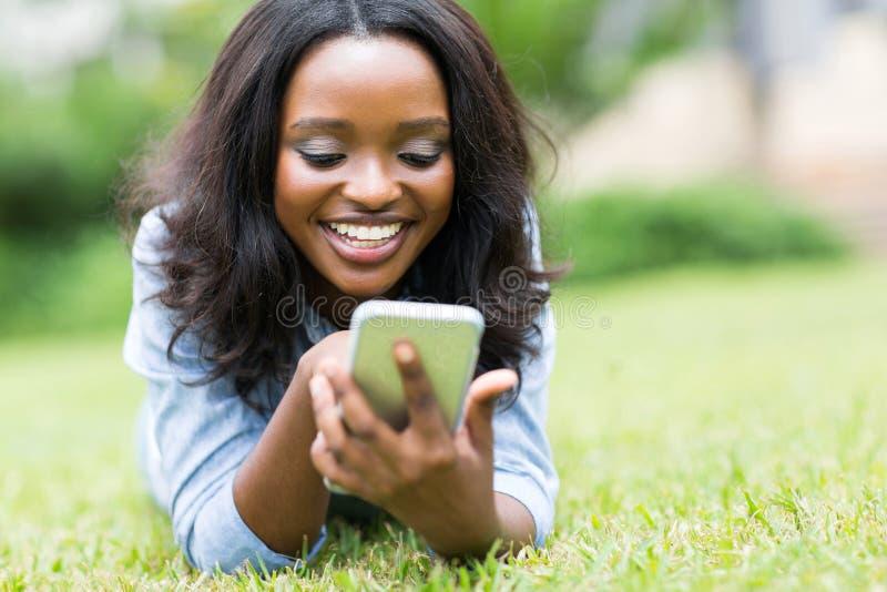 Téléphone intelligent de femme africaine photos stock