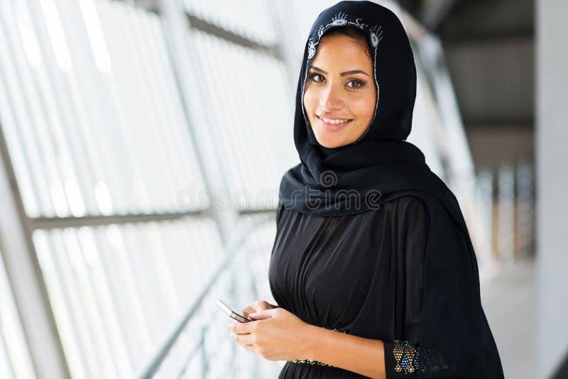Téléphone intelligent de femme Arabe photographie stock