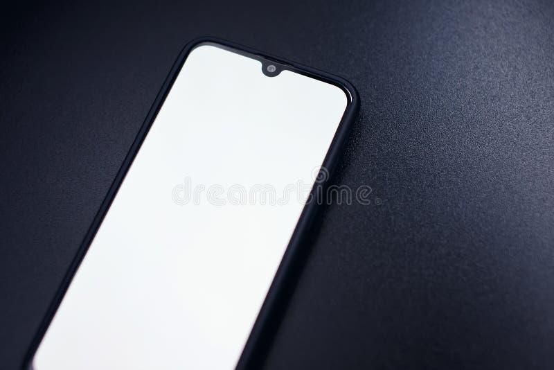 Téléphone intelligent noir moderne d'isolement sur le fond foncé dans la vue de perspective Nouvelle maquette de smartphone avec  photos libres de droits