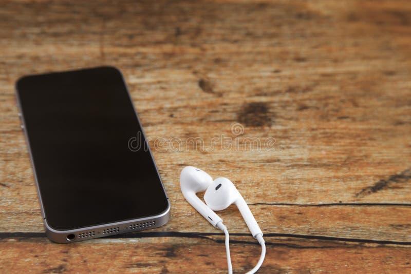Téléphone intelligent noir sur un Tableau en bois photographie stock libre de droits